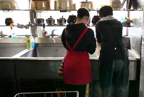 料理の仕込みをする学生の画像