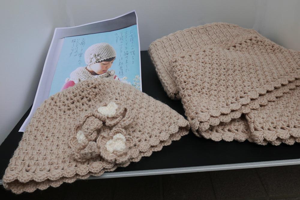 手編みのマフラーと帽子の画像